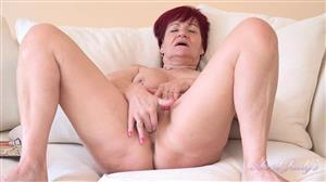 auntjudys-21-05-22-linda-has-phonesex-in-her-living-room.jpg